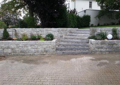 Steinmauer und Treppe