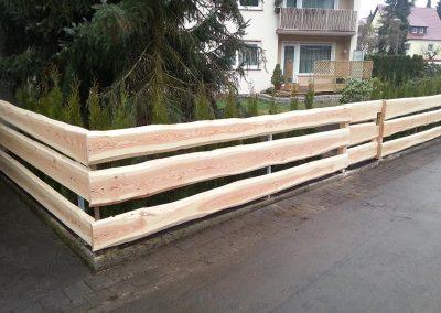 Zaun auf Holzbrettern